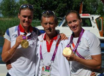Robin williams with Heather Stanning and Helen Glover